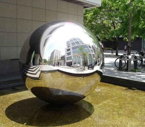 foto di una sfera di ferro