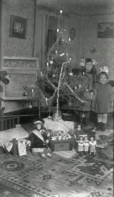 How Children Celebrated Christmas More Than 100 Years Ago (13)
