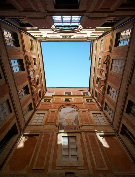 italy_siena_courtyard_looking-up_02