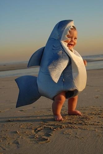 bambino-vestito-da-squalo