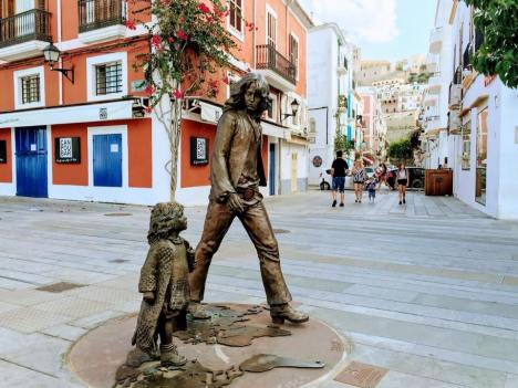 On Ibiza there's a statue made after this photo. In the picture is Dutch actor Sandy van der Linden and his daughter Radha. She recognized herself on Ibiza 38 years after the photo was taken. .jpeg